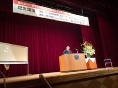 イソムラさん - 魅力的な話で聴衆を魅了した。