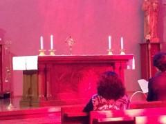 聖体礼拝 - 通常、聖体礼拝といえば、沈黙のうちに静かに祈るというイメージだが、賛美による礼拝なのでかなりアクティブ。