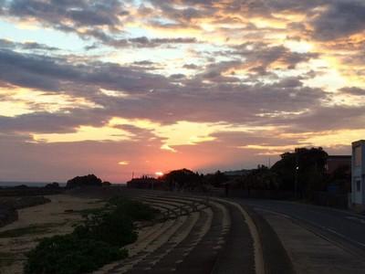 真っ赤な大きな朝日が雲間から顔をだし、天を染めた。