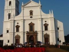 聖カタリナカテドラル---白亜の建物は、黒っぽい隣のボンジェジュ教会とは対照的で明るい。