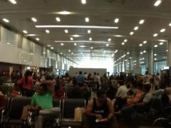 ゴア空港にて - ゴアではローマンカラーはしないそうです。あん神父さんの情報に従ってカラーをはずした。意外だった。この人々の中にも多くのヒンドゥー教徒がいるのかもしれない。
