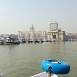 インド門 - イギリス植民地時代の象徴。左の建物がタージマハルホテル。一泊4‐5万とか。