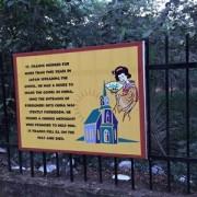 ゴア聖地1 - ボン・ジェジュ教会への参道のフェンスには、ザビエル様関連のパネルが展示されていた。日本での活動と中国に渡る前に帰天されたことが記されている。