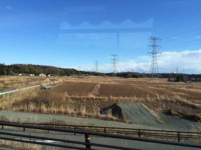 原発遠望 - 送電線の鉄塔の向こうに福島第一原発がある。