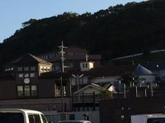 十字架と駅舎 - 枕崎の町は小高い丘の上に立つ教会を頂点とした末広がり。昨年だったか新装なった駅舎も感じがいい。