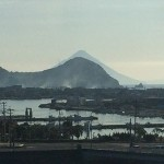開聞岳遠望 - 枕崎港のはるか向こうの開聞岳を遮るように枕崎の山が。