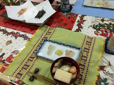 三献(サンゴン)料理 - 奄美の正月に出される料理で一の膳はもちの吸い物、二の膳は刺身、三の膳は 豚の吸い物。一つ済ますごとに焼酎をいただく。これは二と一が同時に出された。