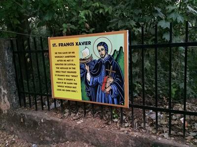 ゴアのザビエル様 - ご遺体が安置されているボンジェジュ教会の参道入り口にかけられたザビエル様の肖像画と略歴。