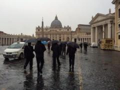 墓前のミサに向かう司教さんたち