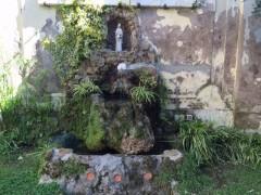 会談の後で立ち寄った近くの教会の中庭の小さなルルド。