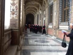 謁見後、帰路につく司教団。
