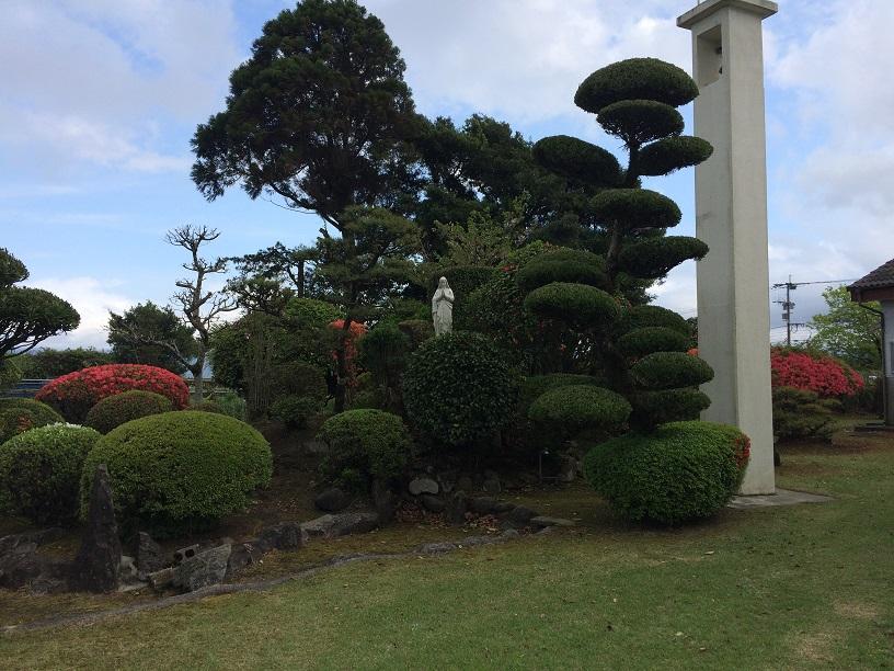 鹿屋の星塚教会正面庭。
