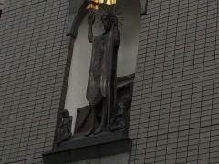 潮見に立つ中央協議会ビルカトリック会館正面のキリスト像