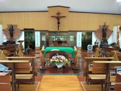 ジンルン教会内部。祭壇の真後ろにみ言葉の食卓がある。