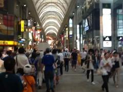 聖歌を歌いながら商店街の中をお巡りさんの先導で行進。