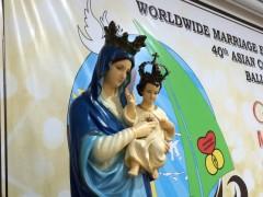 大きなホールには聖母子のご像も。