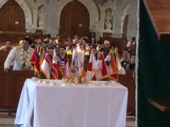 祭壇前に奉納された各国の国旗。会期中テーブルに置かれる。