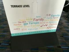 大会会場に置かれた立て看板。「家庭」の文字も。