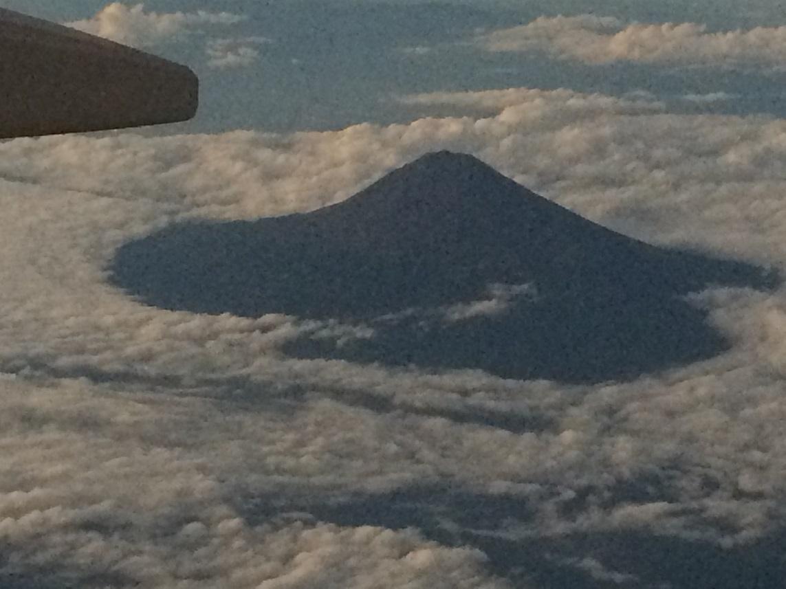 先月末機上から見た夕暮れの黒富士。