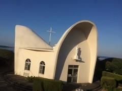 左の屋根は町で、手前は山で、もう一つは海で働く人々への神様からの祝福を表している。