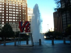 公園の噴水にはLOVEの赤い大きなオブジェが(フィラデルフィア)。
