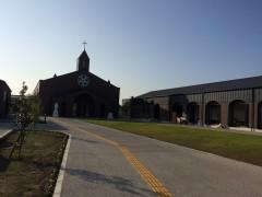 かつての小神学校跡に建った新宮崎教会。右信徒会館。