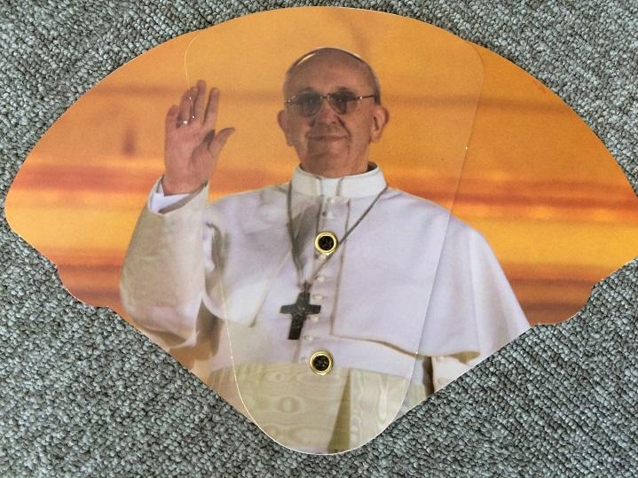 扇子になった教皇。たためる。