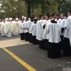 教皇ミサの奉仕に向かう聖カロロ・ボロメオ神学校の神学生。
