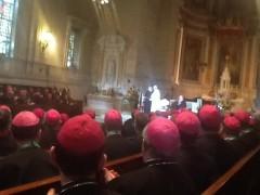 カロロ・ボロメオ大神学校大聖堂での教皇と司教たち。