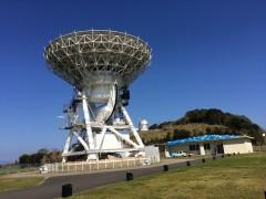 宇宙をにらむように立つ電波望遠鏡。