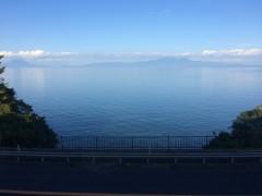 正面は高隅山系。左奥は桜島。