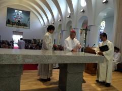 石の祭壇に聖香油がたっぷり注がれた。