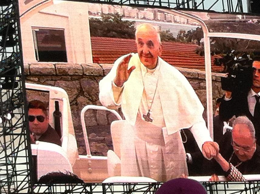 大型スクリーンに映された教皇。