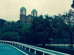 秋色に囲まれた浦上天主堂。