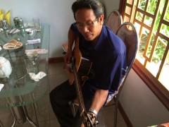 楽譜なしでどんな曲にでも対応できるギタリストの兄上。
