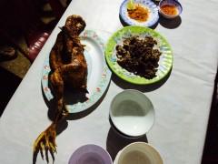 丸焼きの鶏。3時間焼かれた。右は鹿肉。