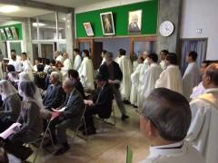 入祭を待つ司祭団