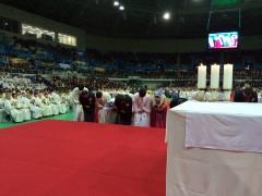 祭服着用後、一斉に両親の元に行き、両親の手を取って祭壇に上がり、会衆と司式者に深々と感謝の礼。大きな拍手。