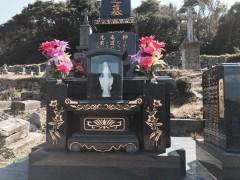 どの墓にもマリア様が安置されている。