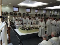 """司教、司祭団による""""Salve Regina""""の後献花。一般の献花はなかった。"""