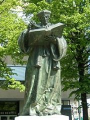 ロッテルダム大学にあるエラスムス像