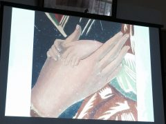 聖母の右手に優しく重ねられた御子の両手