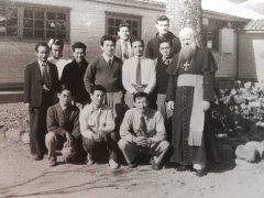 瀬留で開校した伝道師学校の生徒たち。二人は司祭になって健在。