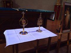 向かって左が聖ヨハネ・パウロ二世のもので右が聖ファウスチナ。