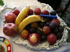 教会の裏庭でとれた果物。ブドウもある。