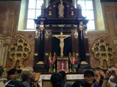 十字架の下の聖櫃に納められていて、かねては公開しない。
