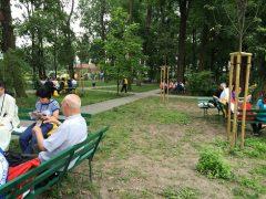 公園のような広い修道院の庭で班ごとの分かち合い