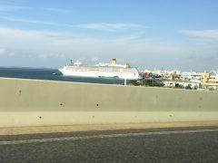 博多港の大型クルーズ船。みんなワクワクしているだろうなあ。