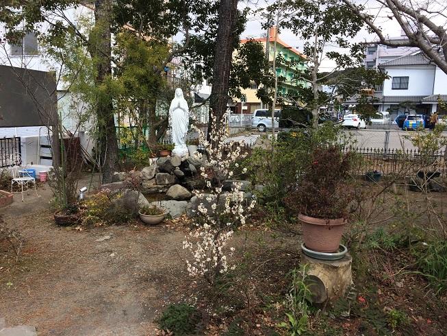庭園師の主任司祭は聖堂前を早速ガーデニング
