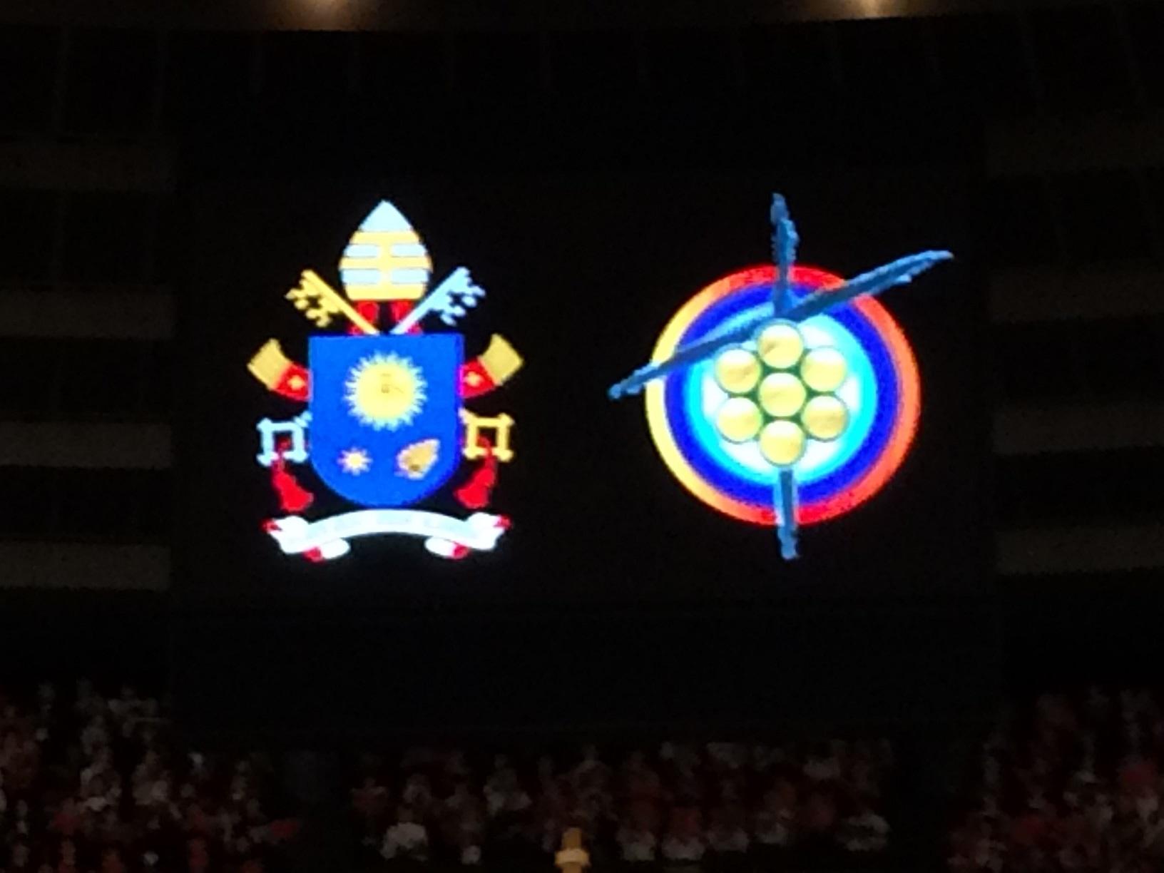 会場中央から吊るされた二つの紋章